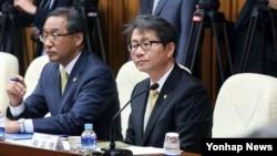 류길재 한국 통일부 장관(왼쪽 두번째)이 8일 오전 국회에서 열린 새누리당 최고중진연석회에 참석했다.