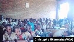 Les classes sont surchargés au Burundi, le 3 novembre 2017. (VOA/Christophe Nkurunziza)