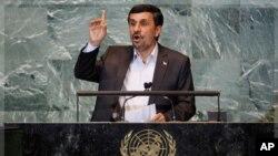 ປະທານາທິບໍດີອິຣ່ານ ທ່ານ Mahmoud Ahmadinejad ກ່າວຄໍາປາໄສຕໍ່ກອງປະຊຸມ ຄັ້ງທີ 66 ຂອງສະມັດຊາໃຫຍ່ສະຫະປະຊາດ ທີ່ນິວຢອກ, ວັນທີ 22 ກັນຍາ 2011. REUTERS/Shannon Stapleton