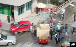 盈江教会将收到的物品运往难民安置点