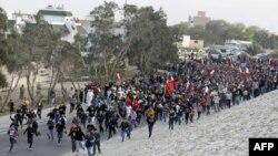 Người biểu tình chống chính phủ chạy về hướng Quảng trường Pearl sau khi phá hàng rào cảnh sát tại Budaiya, phía tây thủ đô Manama, ngày 13/2/2012
