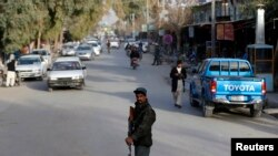 Seorang polisi Afghanistan berpatroli di sebuah pos pemeriksaan di provinsi Farah, Afghanistan, 4 Februari 2015. (Foto: dok).