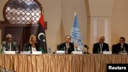 Sekjen PBB Ban Ki-moon (tengah) menyerukan perdamaian dalam pertemuan di Tripoli, Libya, Oktober 2014.
