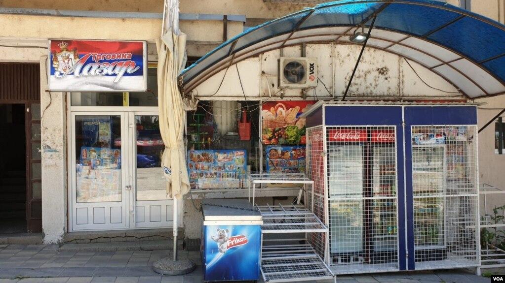 Serbët mbyllin dyqanet në veriun e Kosovës