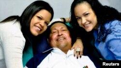 La última foto de Chávez con sus hijas Rosa Virginia (derecha) y María supuestamente tomada en La Habana y divulgada el 15 de febrero.