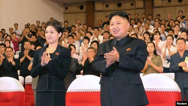 Lãnh đạo Bắc Triều Tiên Kim Jong Un và vợ Ri Sol-Ju dự buổi tình diễn của ban nhạc mới thành lập Moranbong, tại Bình Nhưỡng, 9/7/12