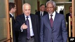 BMT sobiq bosh kotibi Kofi Annan (o'ngda) Suriya bo'yicha maxsus vakil vazifasini bajarmoqda. Chapda Arab Ligasi rahbari Nabil al-Arabiy, Jeneva, 20-mart, 2012-yil.