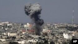 이스라엘 공군이 지난 2014년 하마스 소탕을 위해 가자시티를 폭격한 직후 연기가 상공으로 치솟고 있다. (자료사진)