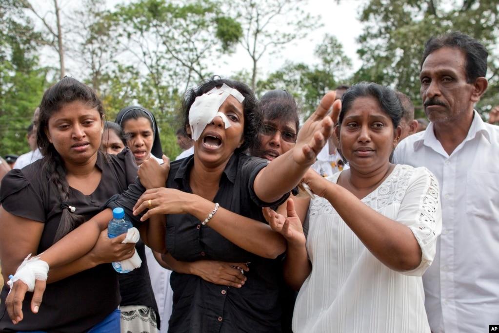 스리랑카 네곰보에서 '부활절 연쇄 폭탄 테러' 사건으로 숨진 희생자의 장례식이 열린 가운데 희생자 유족이 눈물을 흘리고 있다.