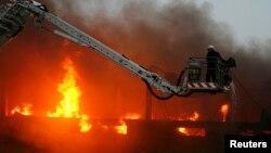 فائر ڈپارٹمنٹ کراچی کی ایک گارمنٹ فیکٹری میں لگی آگ بجھانے کی کوشش کر رہا ہے۔ مئی 2009
