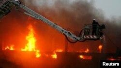 اس بات پر بھی بحث جاری ہے آخر سانحے کا شکار ہونے والی علی انٹرپرائزز نامی اس بدقسمت فیکٹری میں آگ لگنے کے واقعات سے بچاؤ اور سیکڑوں مزدوروں کی جانوں کے تحفظ کے لیے خاطر خواہ حفاظتی انتظامات کیوں نہیں تھے؟ (فائل فوٹو)