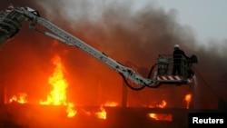 کراچی کی گارمنٹ فیکٹری میں لگائی گئی آگ کو بجھانے کی کوشش کی جا رہی ہے۔ فائل فوٹو