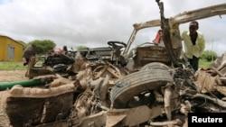 지난달 30일 소말리아 모가디슈 인근에서 발생한 도로변 폭탄 공격 현장을 살피고 있는 주민들. (자료사진)