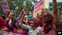 د هند د دِلت طبقې ښځې پر څلور دِلت مېرمنو د اجتماعي جنسي تېري په ضد احتجاج کوي.