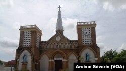 la cathédrale de Brazzaville vide, le 21 mars 2020. (VOA/Arsène Séverin)