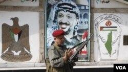 巴解组织安全人员在巴解领袖阿拉法特的遗像前