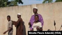 Quelques points d'installation des sans-abri avant le rapatriement à Cotonou, Benin, le 23 décembre 2017. (VOA/Ginette Fleure Adandé)