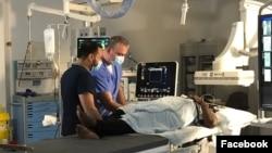 Dokter Mohammad Saoud dan dokter Ahlam Mutahar Muthanna, keduanya pengungsi, saat diwawancarai Sky News tentang pengalaman mereka bekerja Royal London Hospital. (Facebook/BartsHealth)