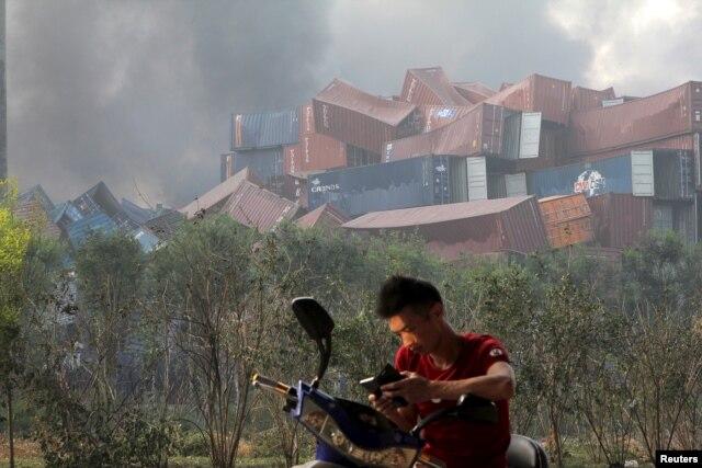 Các container bị lật ngược bởi sức công phá của vụ nổ tại nhà kho của công ty hậu cần quốc tế Thụy Hải.