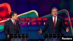 Ted Cruz (izquierda) recibió el apoyo del exgobernador de Florida Jeb Bush para la nominación presidencial republicana.