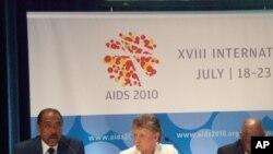 Michel Sidibé, directeur d'ONUSIDA, Françoise Barre Sinoussi, Prix Nobel en médecine, et l'ancien président du Botswana Festus Mogae.