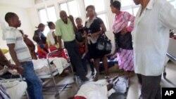 wagonjwa walowasilishwa hospitali ya Muhimbili na kulazwa chini kutokana na ukosefu wa huduma kutokana na mgomo wa madaktari.