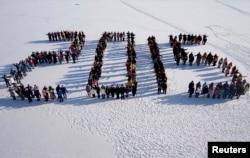沈阳农业大学学生站在雪地上,组成2015字样(2014年12月31日)