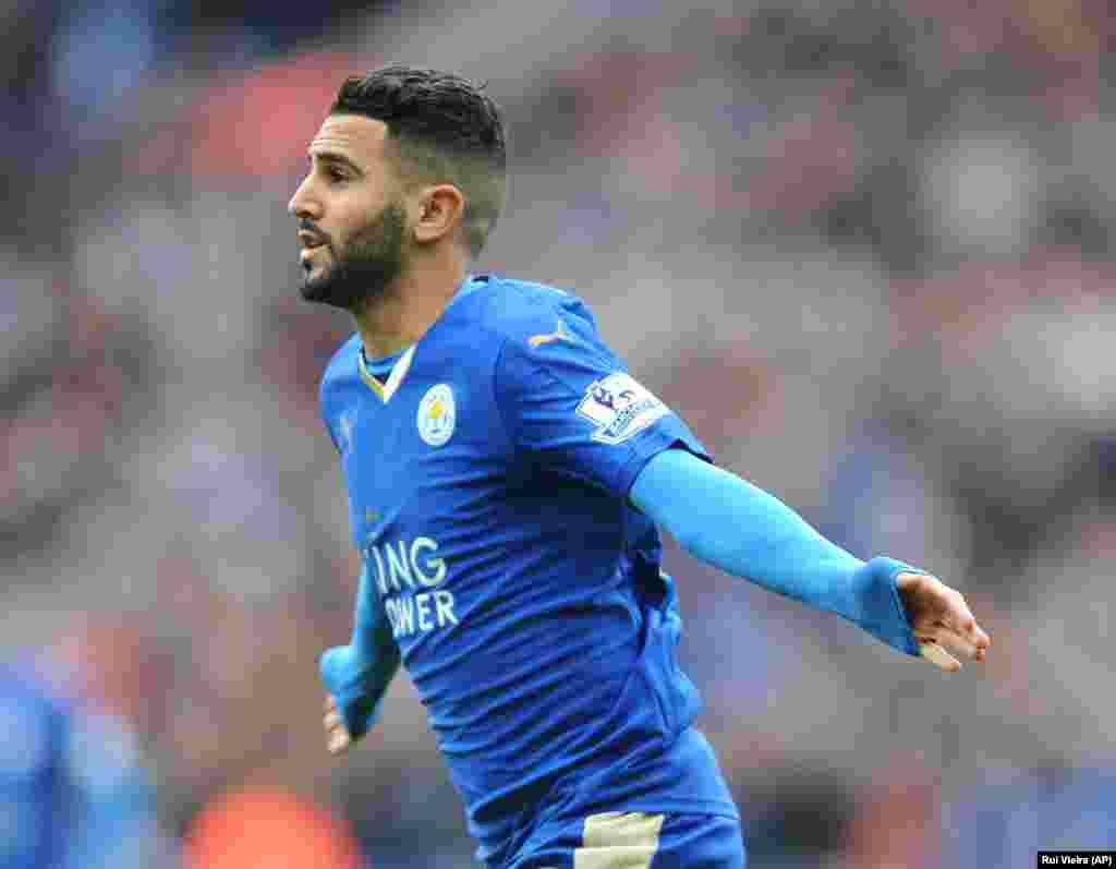 Le joueur de Leicesters Riyad Mahrez fête son but dans un match de la Premier League à Leicester, en Angleterre, le 24 avril 2016.