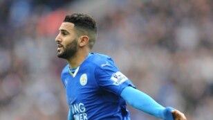 Pemain Leicester City, Riyad Mahrez, merayakan kemenangan dalam pertandingan melawan Swansea City di Leicester, Inggris (24/4).