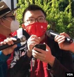 洛杉矶加州大学缅甸学生会主席林吞在集会上发表慷慨激昂的抗议演说。(美国之音2021年2月20日)