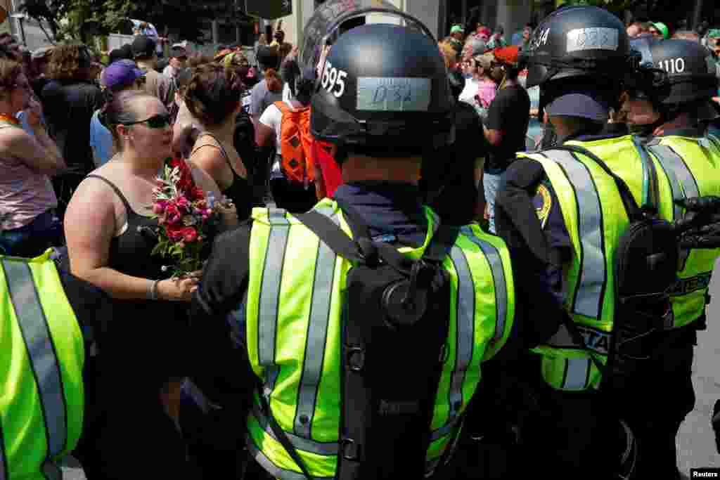 سال گذشته تجمع راستی ها و مقابله آنها با مخالفان، یک کشته بر جای گذاشت. در ایالات ویرجینیای آمریکا، پلیس بین دو گروه حائل شد.