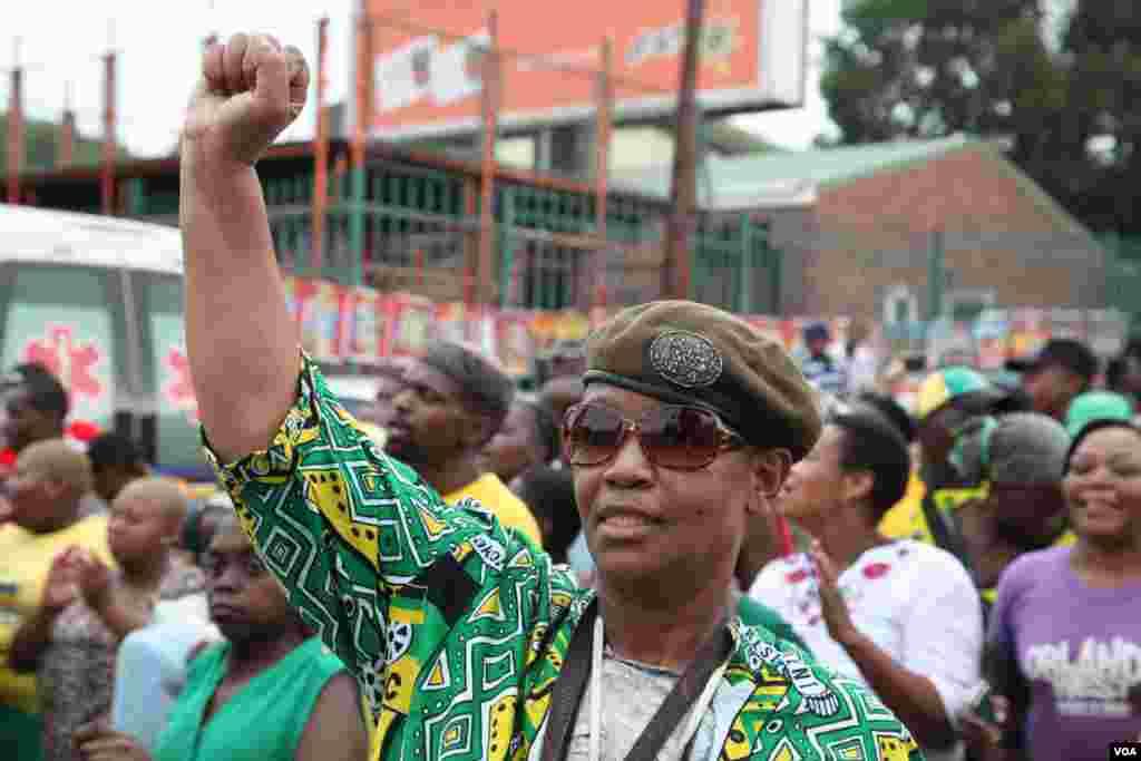 Multidões cantam e dançam à porta da casa de Mandela no Soweto, África do Sul. (Hannah McNeish VOA)