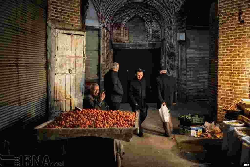 شب های بلند زمستان در بازار تبریز عکس: علی حامد حق دوست