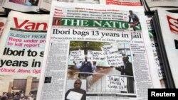 Les journaux, avec les détails de la condamnation de James Ibori, sont aperçus sur un stand d'information à Lagos, 18 avril 2012.