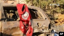 Suriye'de saldırıya uğrayan yardım konvoyundaki araçtan çıkan Kızılay bayrağı