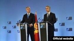 Predsjednik Crne Gore Milo Đukanović i generalni sekretar NATO-a Jens Stoltenberg na konferenciji za novinare u Briselu (rtcg.me)