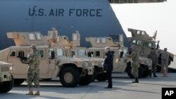Первые 10 американских бронированных автомобилей для армии Украины доставлены в аэропорт Борисполь, Украина. 25 марта 2015 г.