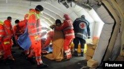 31일 이탈리아 남부 갈리폴리 항구에서 의료진이 불법 이민선에 타고 있던 이민자들 돌보고 있다.