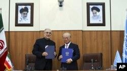 11일 핵사찰 협상을 위해 이란을 방문한 아마노 유키야 국제원자력기구(IAEA) 사무총장(오른쪽)이 이란의 최고지도자 아야톨라 알리 하메네이와 회동했다.