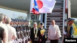 2016年1月26日菲律宾总统阿基诺(右)在马尼拉国际机场欢迎日本明仁天皇和皇后美智子