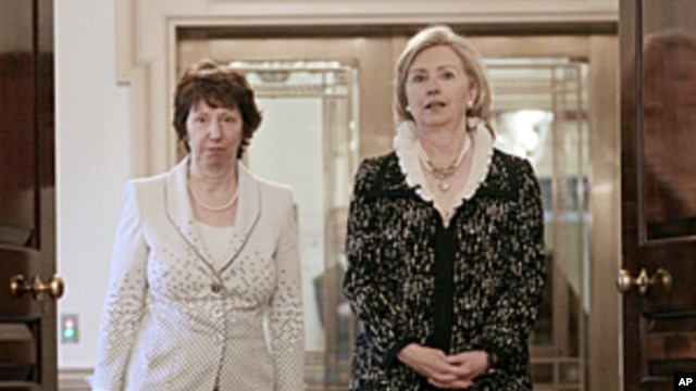 US Secretary of State Hillary Clinton, right, and EU Foreign Policy chief Catherine Ashton, walk in together before the signing of US-EU framework at the State Dept. Building in Washington, May 17, 2011