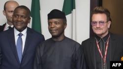 Nigerian Vice President Yemi Osinbajo (C) flanked by Africa's richest man, Aliko Dangote, (L) and international rock star Bono meet in Abuja, Aug. 29, 2016.