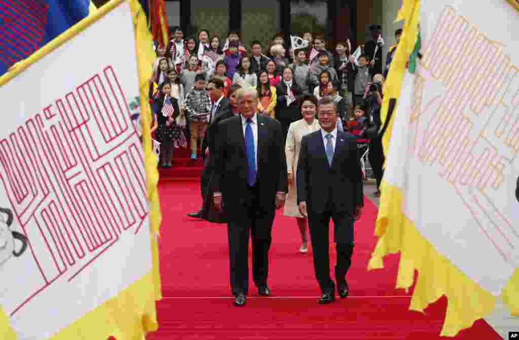 美国总统川普与韩国总统文在寅在首尔总统府青瓦台的欢迎仪式上(2017年11月7日)。