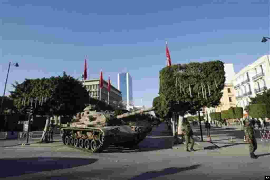 Un char de l'armée au centre de Tunis, le 16 janvier