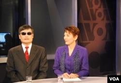 美国关注中国妇女权益的人权组织女权无疆界的创办人兼主席瑞洁和陈光诚参加VOA卫视节目(2013年1月30日)
