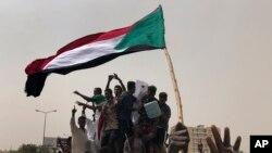 Des soudanais lors d'une manifestation contre le conseil militaire à Khartoum, au Soudan, le 30 juin 2019. (AP Photo / Hussein Malla)