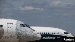 En foto de archivo se ven un avión Boeing 737 MAX y un Embraer E 190-E2 en la feria aérea en el aeropuerto Le Bourget, cerca de París, Francia, el 16 de junio de 2017.