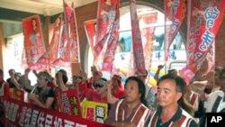 台湾原住民在原民会外呼口号