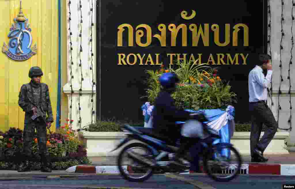 A soldier stands guard during the royal endorsement ceremony of Thailand's newly appointed Prime Minister Prayuth Chan-ocha, at the Royal Army headquarters in Bangkok, Aug. 25, 2014.