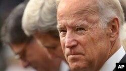 Wapres AS Joe Biden (kanan) menyampaikan pesan kepada wakil-wakil diplomatik dari Koalisi global untuk Melawan ISIS dalam pertemuan tertutup di Washington, Senin 23/11 (foto: dok).